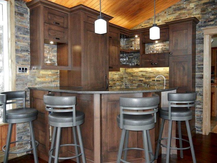 un bar...mur d'ardoises, armoires de cerisier...