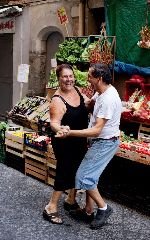Things we love about Naples . . . | Lantern anche sei la mama Italiana nutrica il mamone ma en questo bel foto il uomo e molto simpatico e adorible! A ballare mezza strata...tutti!
