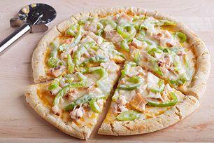 Une croûte de pizza garnie de tartinade de fromage <i>CHEEZ WHIZ</i>, de poulet cuit, de poivrons verts et de mozzarella, voilà une pizza dont toute la famille raffolera!