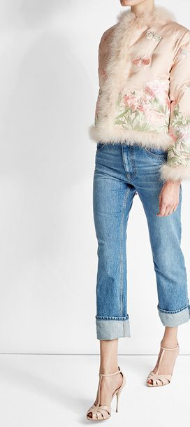 Glänzende Seide in zartestem Rosa prägt den femininen Look dieser Jacke von Alexander McQueen. Florale Stickereien in pastelligen Farben sorgen für verspielten Charme, während der Besatz aus soften Federn das Piece zum Statement macht. #Stylebop
