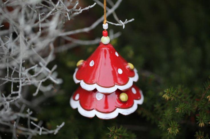 <p>Set di campanelle a forma di alberi di Natale in ceramica di produzione artigianale, dipinte a mano con decori in rilievo impreziosite con perline colorate. Sono graziosi oggetti in ceramica perfetti come decorazione natalizia. Si possono usare come ad
