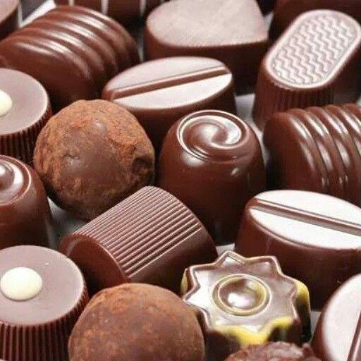 "Exquisitos ""Bombones de Chocolate"", rellenos con diferentes cremas a base de licores, nueces y caramelo, perfectos para endulzar tus momentos!!! - #reposteriaastor www.elastor.com.co"