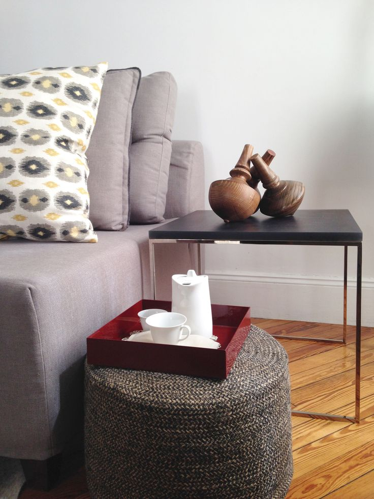 Sofá Coney, mesa adicional con top de resina y Pouf de Yute. #solsken #homedesign #homedecor #deco #living www.solsken.com.ar
