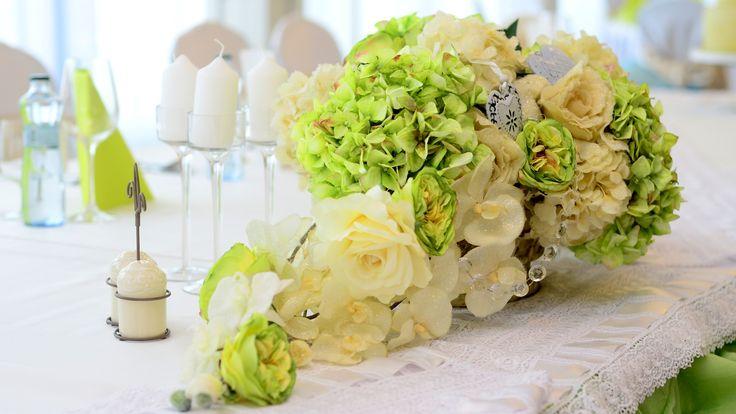 Sviežosť svadobného stola v zelenom prevedení nemá najmenšiu chybičku.