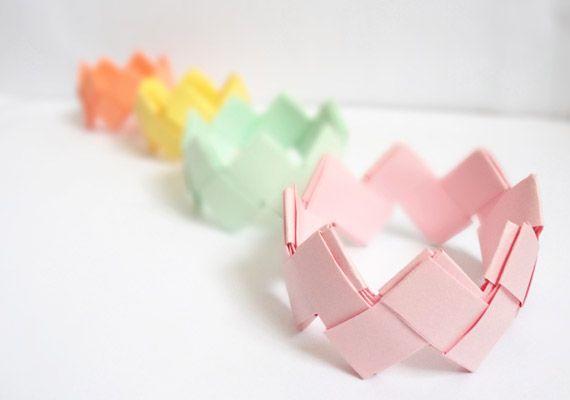 Des bracelets en papier fait en origami. Prenez juste une paire des ciseaux et de bandes de papier et commencez de créer vos propres bracelets.