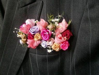 Svadobné pierko ženícha si všimne každý. Pripína mu ho jeho vyvolená - nevesta.                                                                                                              Pierko je zhotovené v podlhovastom tvare z ručne vyrobených saténových a šifónových kvetín. Je zdobené zeleňou, perličkami a malinkými kvietkami, ktoré oživujú kvetinovú kompozíciu.  Pierko sa môže zhotoviť aj v iných farbách, na požiadanie Veľkosť: Výška 7cm, dľžka 13cm