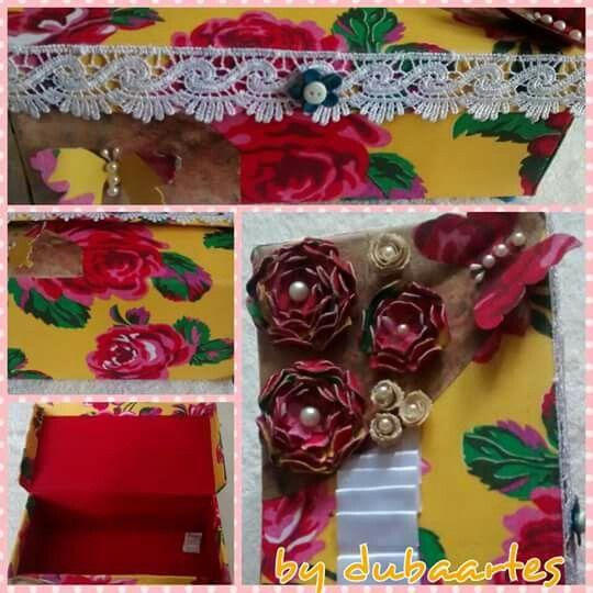 Caixa de Sapato Spring Su. Decorada com Tecido de Chita, Fita de Seda, Bico de Linha, Meia Pérolas e Flores de Tecido de Chita.