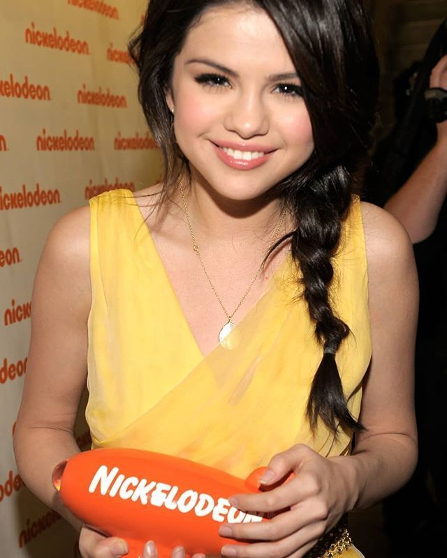 """Vote on Twitter and on the official website by Selena Gomez as """"Favorite Female Artist"""" using the hastags #KCA #FavFemaleArtistSelenaGomez and for the song """"It Aint Me"""" by @kygomusic and @selenagomez as """"Favorite Song"""" using the hastags #KCA #FavSongItAintMe [Link in Bio]  Vota en Twitter y en el sitio web oficial por Selena Gomez como """"Artista Femenina Favorita"""" usando los hastags #KCA #FavFemaleArtistSelenaGomez y por la canción """"It Ain't Me"""" de @kygomusic y @selenagomez como """"Canción…"""