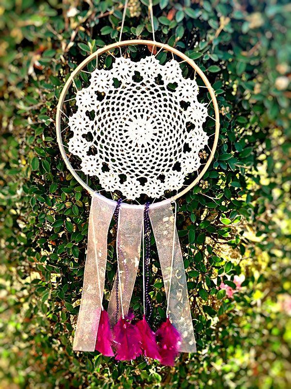 ATRAPASUEÑOS CROCHET PLUMAS UVA  Materiales: Madera, carpeta de chochet color trigo, cinta de organza lila con transparencia, plumas color uva Tamaño: 25 cm diámetro