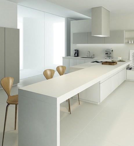 reforma cocina abierta minimalista, isla con zona de cocción y prolongación para barra, muebles color blanco y gris, pavimento resina epoxi