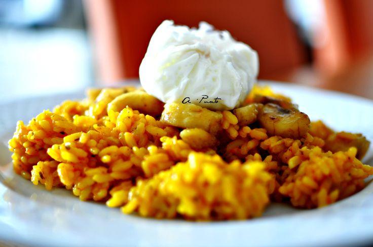 Hoy recuperamos una receta tradicional para darle una nueva forma de ser, un energético plato único que te sorprenderá¡ Feliz lunes¡ Necesitamos: Arroz – Tomate frito casero Ajo – Sal – Pimienta – Colorante alimentario Queso parmesano rallado Perejil fresco Plátano – Curry – AOVE Huevos  1: en una cazuela sofreímos el ajo en […]