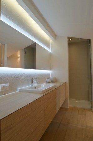colore parquet mobile bagno e illuminazione led dietro allo specchio