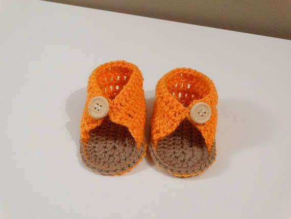 Zapatos de punto bebé niño naranja. Un regalo perfecto para recién nacido baby shower. Un regalo perfecto para su hijo. Regalo de embarazo, una manera perfecta de decir a su familia sobre su embarazo! Tamaños: Prematuro: 2,7-3,1 pulgadas (7-8 cm) 0-3 meses: 3,5 pulgadas (9 cm) 3-6