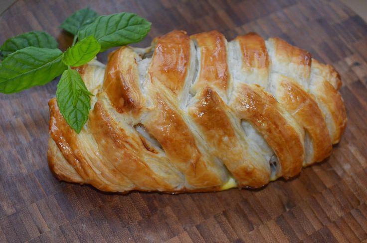 Faszerowana pierś z kurczaka w cieście francuskim http://wkuchniumoniki.blogspot.co.uk/2014/10/faszerowana-piers-z-kurczaka-w-ciescie.html