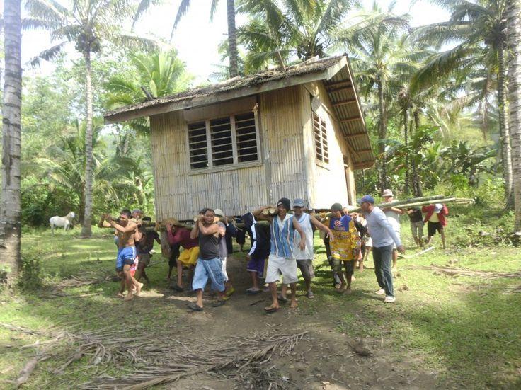 costume singular da cultura filipina é o bayanihan, que consiste na prática de literalmente mover uma casa inteira para um novo local.