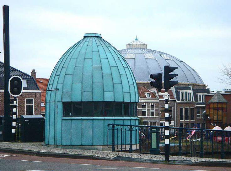 Twee Haarlemse koepels: de strafgevangenis en een brugwachtershuisje