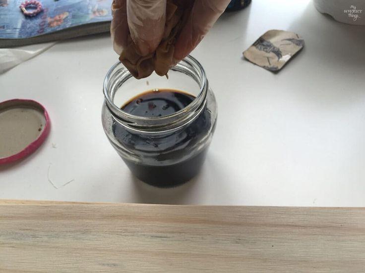 ¿Te has preguntado alguna vez cómo teñir madera de una forma ecológica, sin productos químicos? Este tutorial te guiará en el proceso con unos pocos materiales como el vinagre y la lana de acero