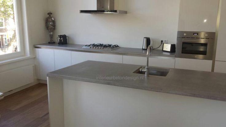 Lichte keuken met grijs betonnen keukenblad   Wit en grijze keuken   interieurbetondesign.nl