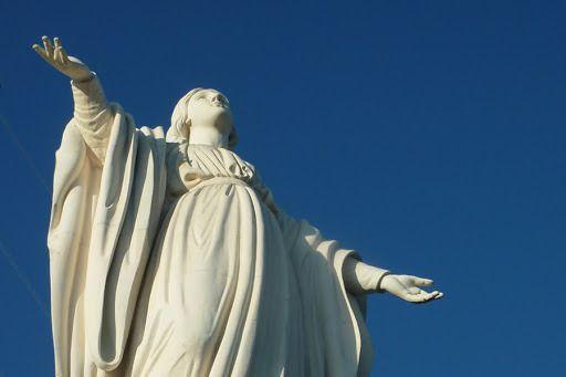 Chili: La Vierge Immaculée ( Un temple au sommet du Cerro San Cristobal ) -- Notre-Dame d'Aparecida, de Guadalupe, de Fatima, de Lourdes… Pourquoi y en a-t-il autant si la Vierge Marie est unique ? La Vierge Marie nous a déjà répondu, et de la plus jolie des manières... -- La beauté de Marie…