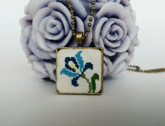 Ricamato a mano Ciondolo Cross stitch ciondolo floreale Iris gioielli regalo per suo ciondolo di ricamo