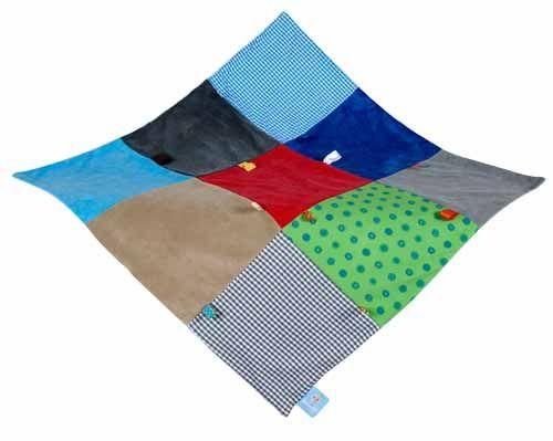 Snoozebaby Under Cover deken boy uit de online shop van Babyaccessoires.eu, met de handige labeltjes die de tastzin en motoriek van je baby'tje helpen ontwikkelen.