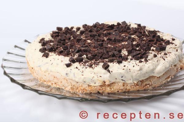 Recept på en drömgod glassmarängtårta. En lyxigt god glasstårta som är perfekt att göra i förväg och förvara i frysen. Kallas även dajmtårta.