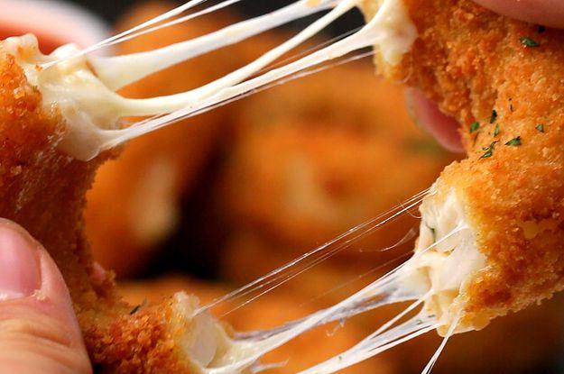 Aprenda a fazer onion rings recheadas com queijo: | Esta é a receita definitiva de onion rings por causa de um pequeno detalhe