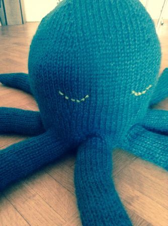 Poulpy, patron en anglais sur Purl Bee : http://www.purlbee.com/the-purl-bee/2013/5/19/whits-knits-knit-octopus.html