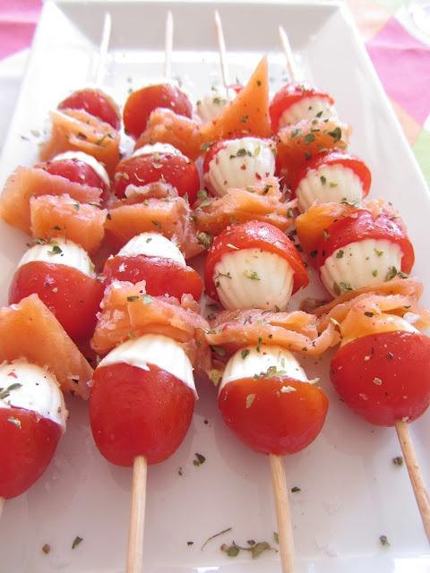 Brochetas de queso fresco, salmón y tomate.
