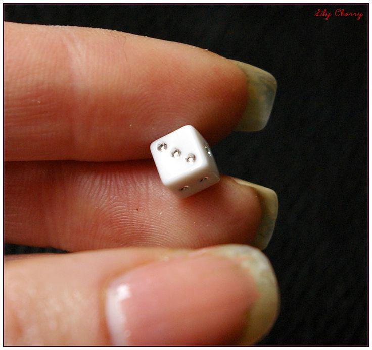 Perle dés a jouer blanc 6mm x1 : Perles en Plastique par lilycherry
