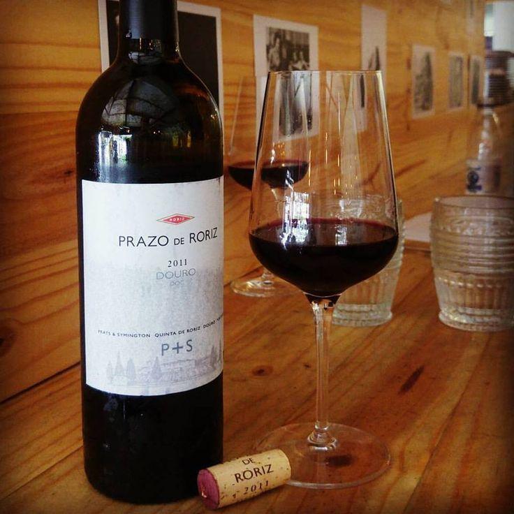 Prazo de Roriz 2011. Um potente Douro. Brilhante na taça, aromático com um frescor marcante e convidativo. Na boca boa acidez, toque leve de alcaçuz, excelente com um pãozinho, azeite e sal. Que venham os bolinhos de bacalhau, croquetes de carne e Polvo a Lagareiro.  Conheça www.vivaovinho.com.br  #vinho #vivaovinho #winelovers #dicasdevinhos #wine #winetasting #degustação #winetips #portugal #vinhoportugues #TabernadaEsquina…