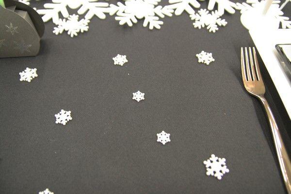 Sur la nappe noire, nous avons simplement déposé quelques confettis de table 3D en forme de... flocon évidemment !