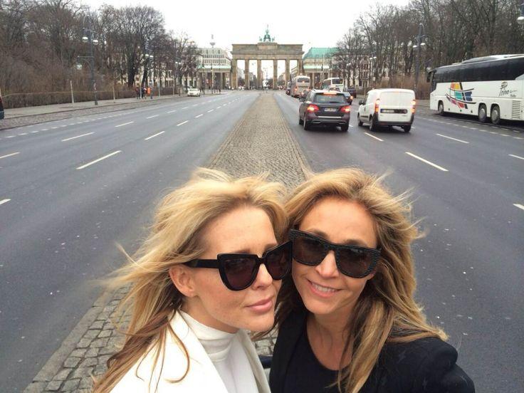 Wendy van Dijk en Chantal Janzen in Berlijn. Gezellig!