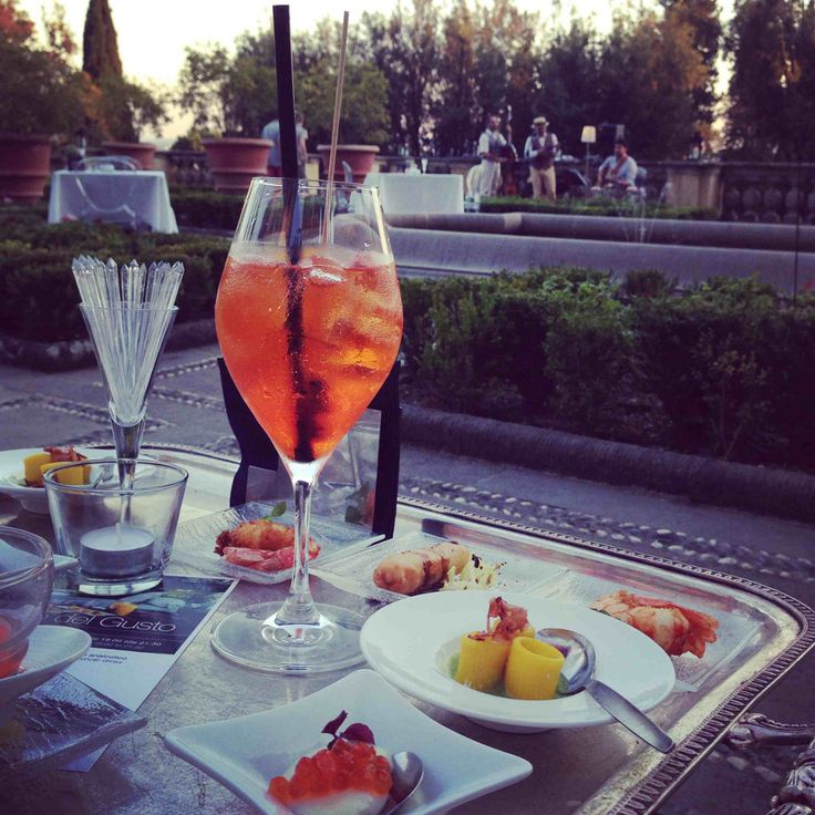 Today in #ilGiardinodelGusto, taste the best cocktails and admire the beauty of the hills of Fiesole to the rhythm of swing! (Thank you @alidifirenze for this lovely picture)  #ItalianAperitif #IlSalviatino #ShakenNotStirred #LuxuryTravel