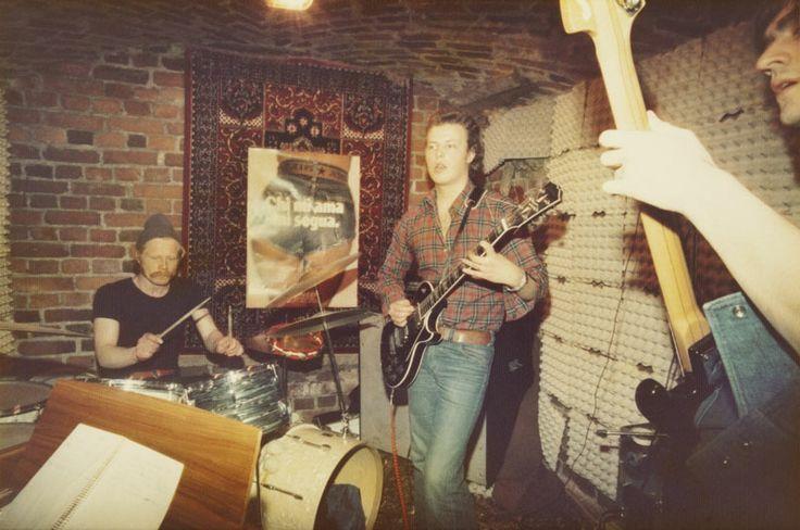 Hawks-yhtye soittaa treenikämpällään vuonna 1973. Kuva: Helsingin kaupunginmuseo/Timo Karvinen
