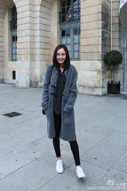 Chinese star, Yang Mi roaming the streets in her super longline gray cardigan. Again, those all white sneakers are your best friend.