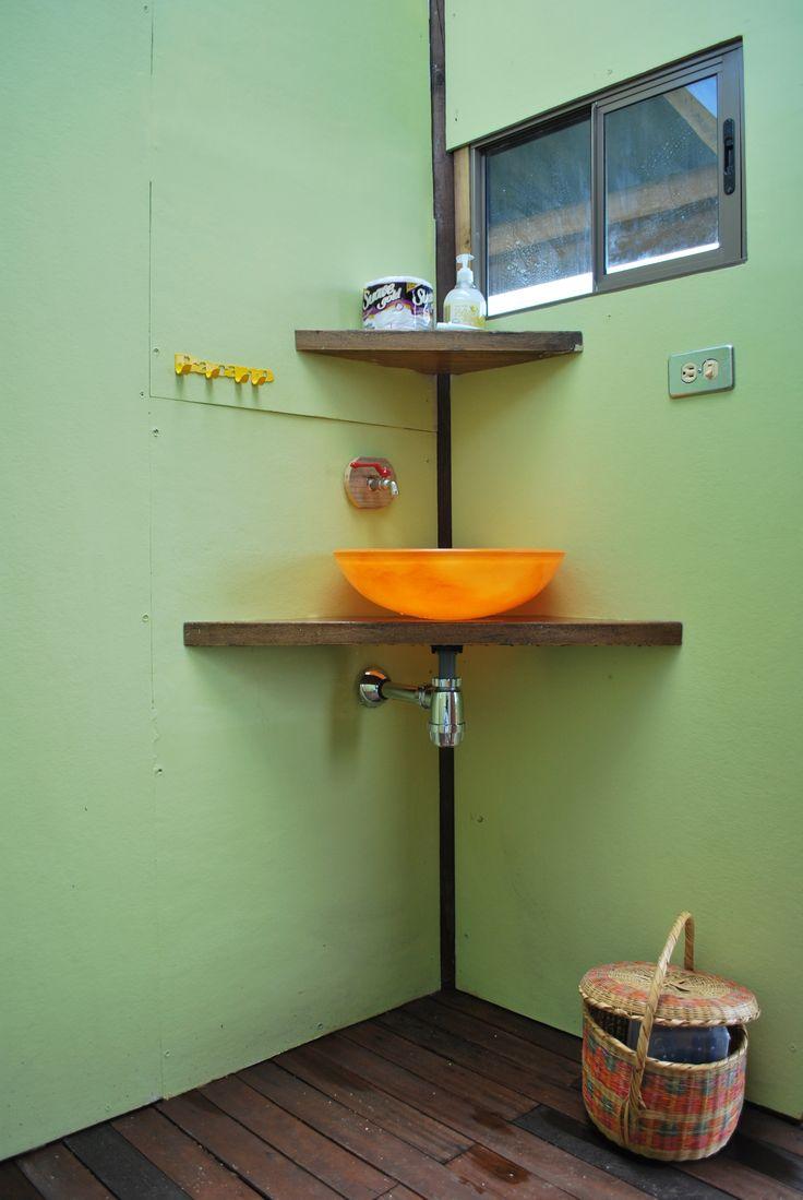 uno de los baños (atrás el sanitario) todo estratégico para que tengas vista al hacer cada necesidad... lavarte los dientes, orinar, cagar... todos tienen vista