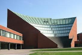 Alvar Aalto, Helsinki University Of Technology, wewnętrzne dziedzińće, w skrzydłach sale wykładowe, całość spina wielka aula wykłądowa - dominanta - z zewnątrz przypomina formę amfiteatru, konstrukcja żelbetowa +ramy, poziome pasy świetlików - rozproszone światło, masywna bryła, surowa, bez ozdobników, intrygująca całość