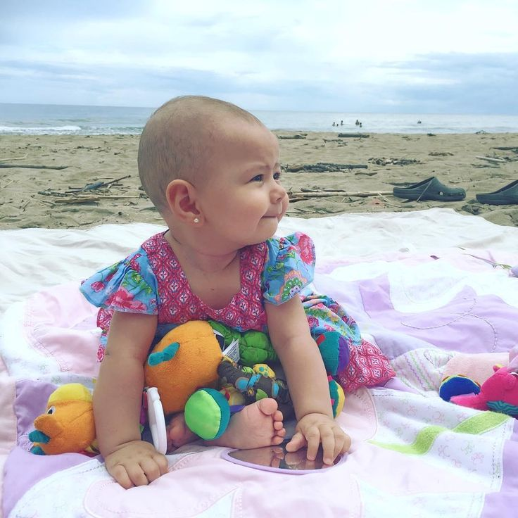 Agustina en #PuertoViejo.  Sin palabras de lo hermosa que es!!😘 Su #outfit uruguayo😍  #belloyenredado #agustina #playa #sun #beach #happiness  #cutebaby #myjob #bloggerlife #blog #babyblog #sermama #motherhood #mommyblogger #mamablogger #blogdemama #mamabloguera  #family #babystyle #momstyle #momlife  Fb: bello y enredado Snap: belloyenredado