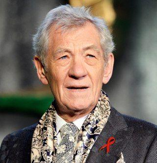 Йен МакКеллен: «Я чувствовал себя многодетным дедушкой». Старик в большой остроконечной шляпе по имени Гэндальф отныне всегда будет представляться читателю «Властелина колец» с лицом сэра Йена МакКеллена. Накануне выхода в прокат «Битвы пяти воинств» — заключительной части трилогии «Хоббит» — THR пообщался с великим британским актером и узнал у него, каково это — быть волшебником.