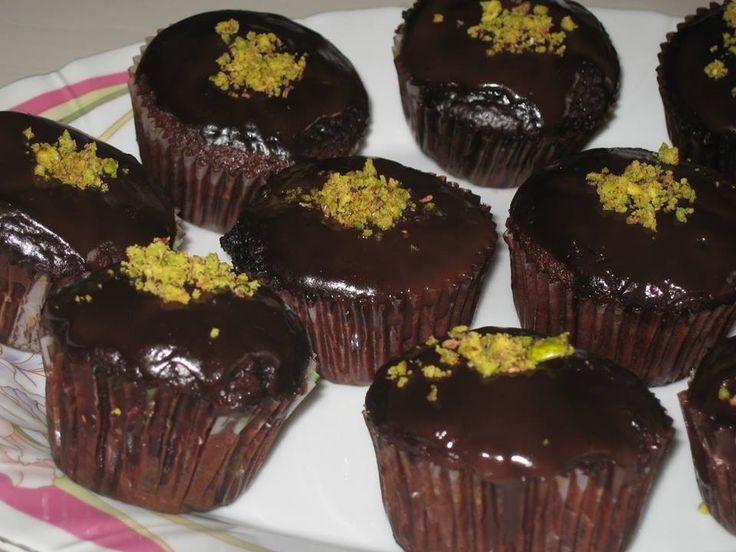 Malzemeler: 300gr siyah çikolata 200gr un 200gr esmer şeker, ekstra 3 yemek kaşığı esmer şeker 6 yemek kaşığı kakao 150 ml çiçek yağı 285 ml krema 2 yumurta 1 çay kaşığı vanilya Hazırlanışı: Fırını…