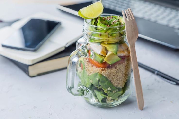 Découvrez quoi manger le midi au boulot pour avoir de l'énergie, diminuer le stress et être en bonne santé; recettes, trucs et conseils.