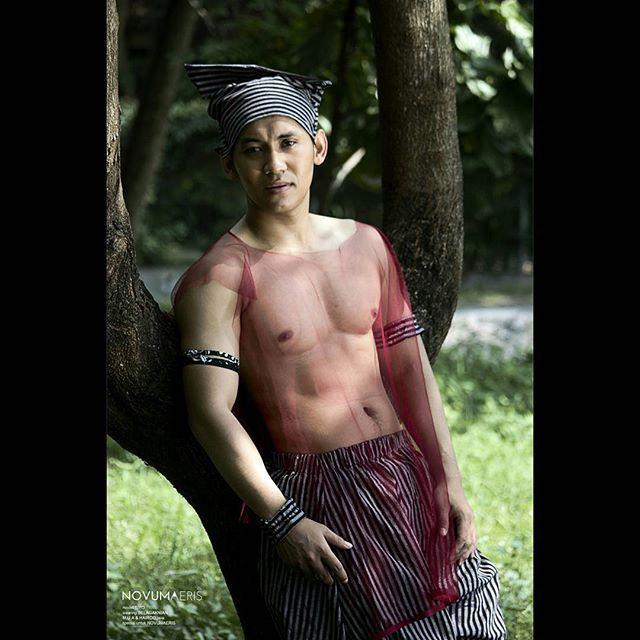 "Sambil menanti perjalanan menuju Bandung. . .  SEXY TIME (?) -------------------------- male seassion ""Seksi itu ketika kita percaya diri menunjukan kecintaan terhadap budaya dengan kain lurik yang kaya akan sejarah. . . Muse @tiyook_agustyo Foto & artistik @java101010  Wearing @belagakNian For @Novumaeris ( hasil photoshoot Promo Foto ala ala ""sexy time""  edisi senin 30 Mei 2016) . . Untuk yang pingi join jadi model di Bandung besok, masih dibuka kesempatan sampai jam 8 pagi ya…"