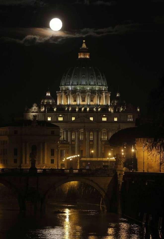 San Pietro e la luna piena (foto Dmitry Lovetsky - AP)