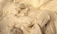Крем для торта из сметаны и сгущенки     Ингредиенты:   Сметана — 500 грамм 30% жирности   Сгущенка — 1 банка (250 грамм)   Способ приготовления:   Это просто идеальный рецепт для пропитки коржей. Благодаря консистенции, такой крем легко пропитает любую выпечку и придаст изумительный сладкий вкус даже обычному хлебу. Его можно намазывать на все что угодно, и получится все равно ужасно вкусно.   Для того чтобы приготовить такой крем для торта, сметана и сгущенка также взбиваются с...