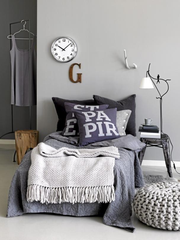Tons de cinza em ambiente aconchegante estilo escandinavo.