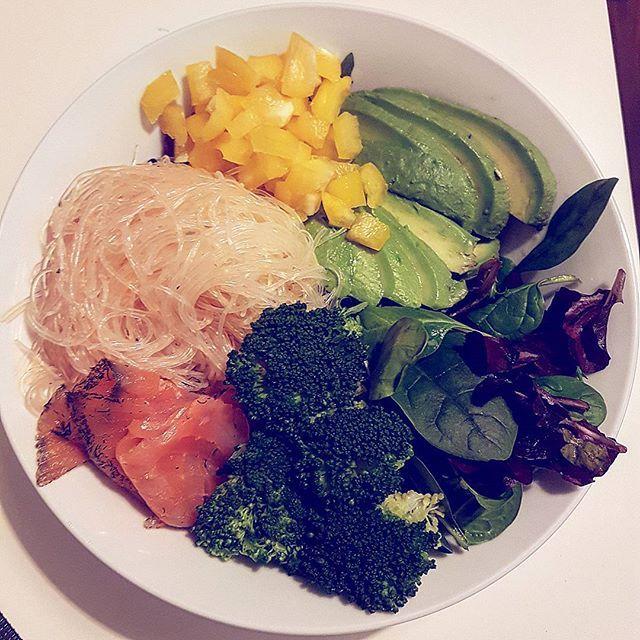 Buddha bowl again 😍 I love it ❤ 🍜 #Hamburg #blonde #Herbst #tattooed #inkedgirls #girlswithtattoos #potd #goodtime #healthy #healthyfood #buddhabowl #buddha #avocado #salmon #glasnudeln #paprika #brokkoli #broccoli #lovelife #foodpics #food #foodporn #yum