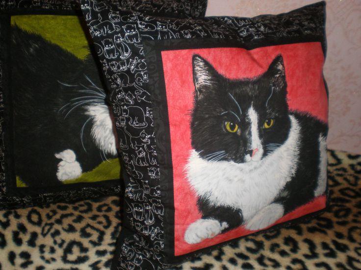 Подушки с котиками.