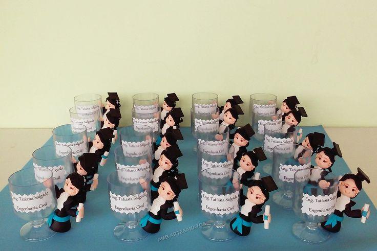 Lembrancinha personalizada de formatura confeccionada em biscuit personalizamos a cor do cabelo, olhos, pele, faixa, etc. <br> <br>Medidas aproximadas: 7 cm.