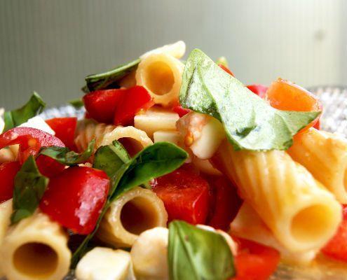Pasta alla checca La pasta alla checca è un piatto fresco, colorato oltre che un meraviglioso connubio di sapori. Ricetta tipica romana pensata per le stagioni calde.